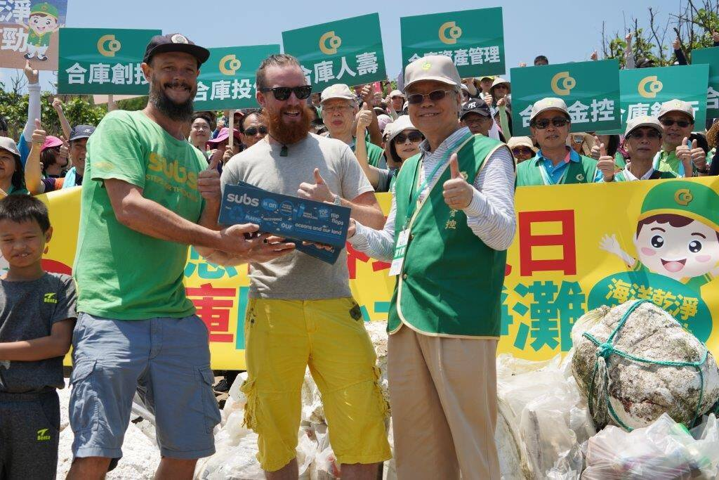 Subs in cooperation with 合庫金控集團 Taiwan Cooperative Financial Holdings do a large scale beach cleanup at Baishawan, north of Taipei.
